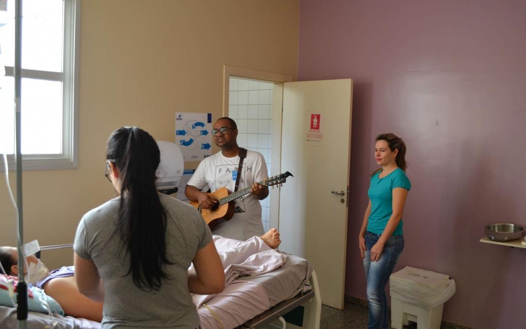 HURSO promove manhã de musicoterapia para pacientes e colaboradores