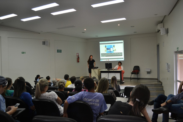 Colaboradores do HURSO assistem a palestra sobre uso seguro de medicamentos